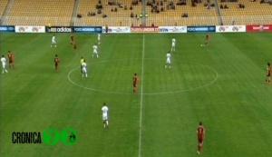 Posicionamiento defensivo 1-4-4-2 en zona intermedia.